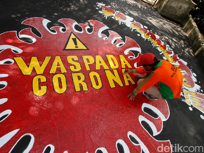 Mural bertema waspada penyebaran virus Corona hiasi jalan di Solo. Lukisan itu dibuat agar para pengguna jalan mematuhi protokol kesehatan guna cegah COVID-19