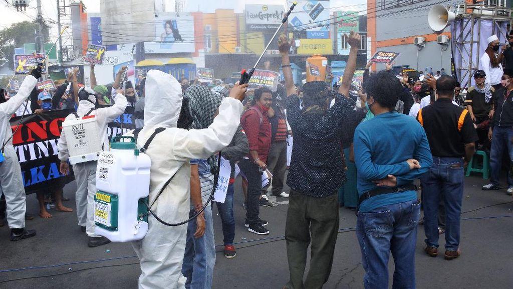 Nekat Unjuk Rasa, Demonstran di Jember Disemprot Disinfektan