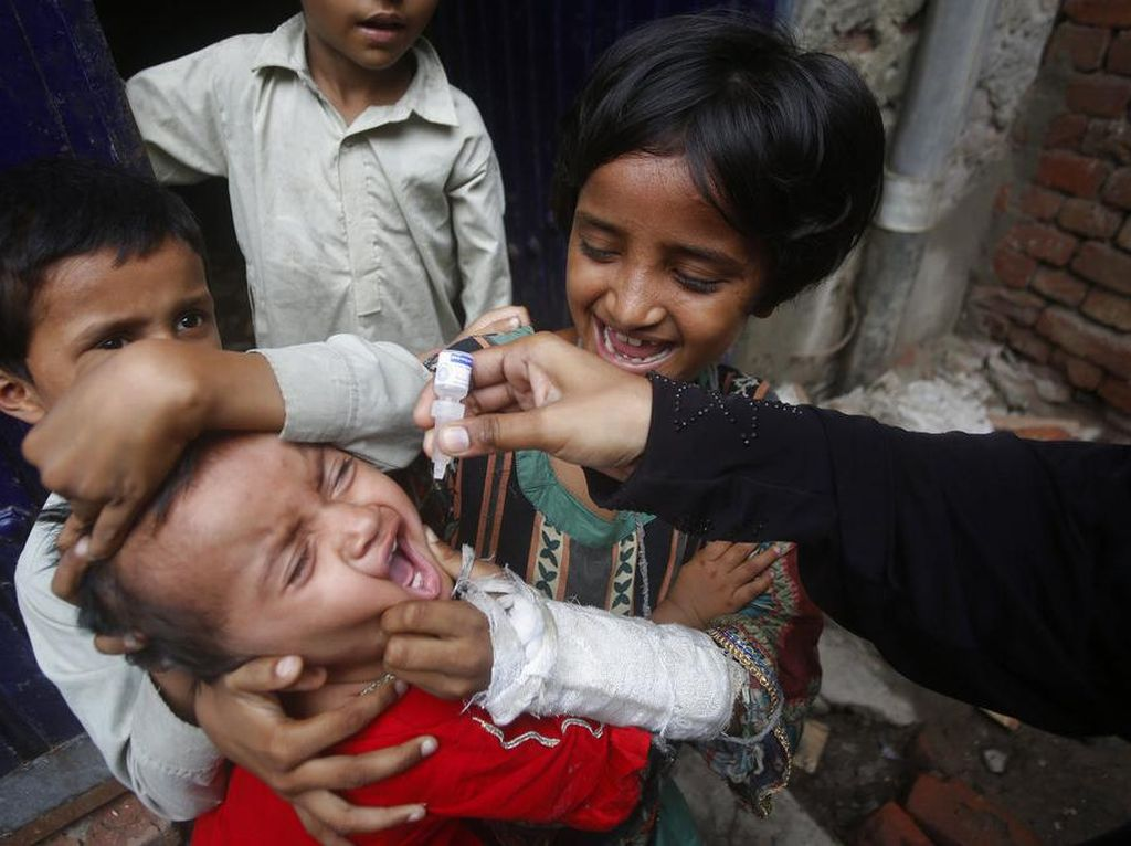Upaya Petugas Medis Beri Vaksin Polio ke Anak-anak Pakistan