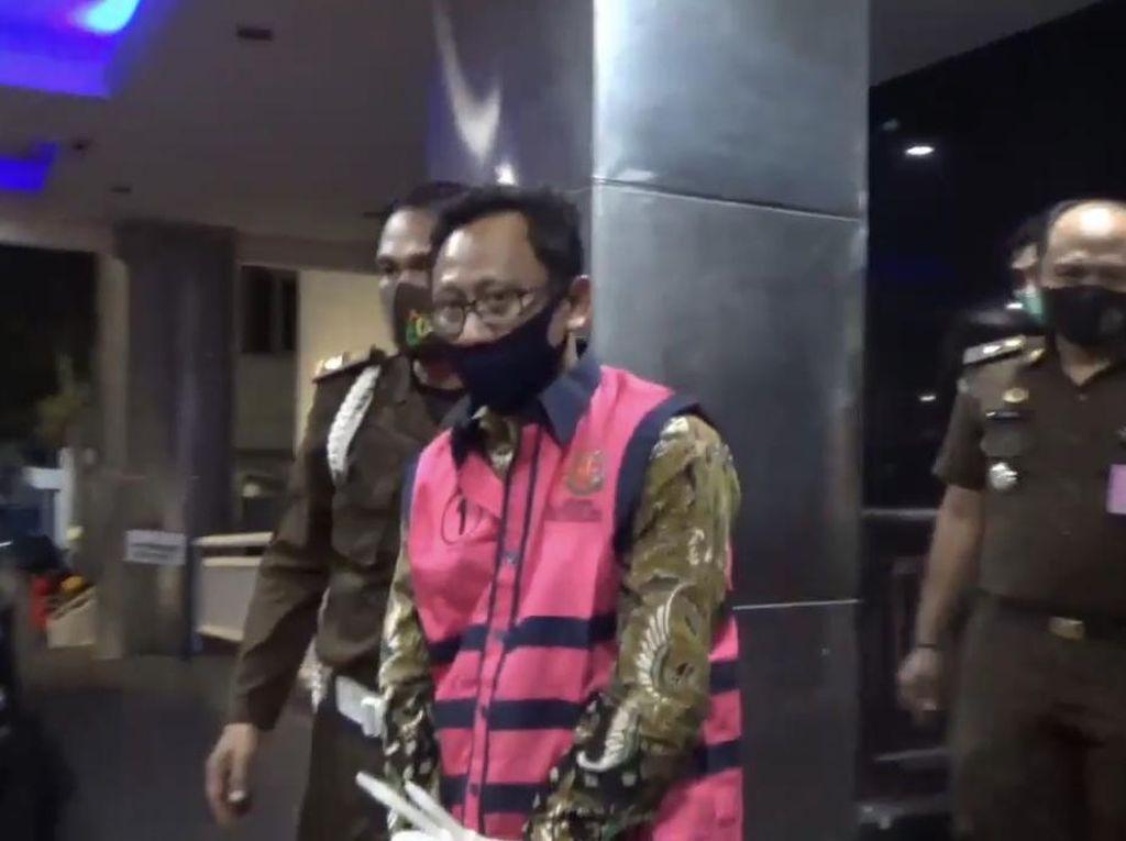 Pejabat OJK Tersangka Korupsi Ditahan Kejati DKI