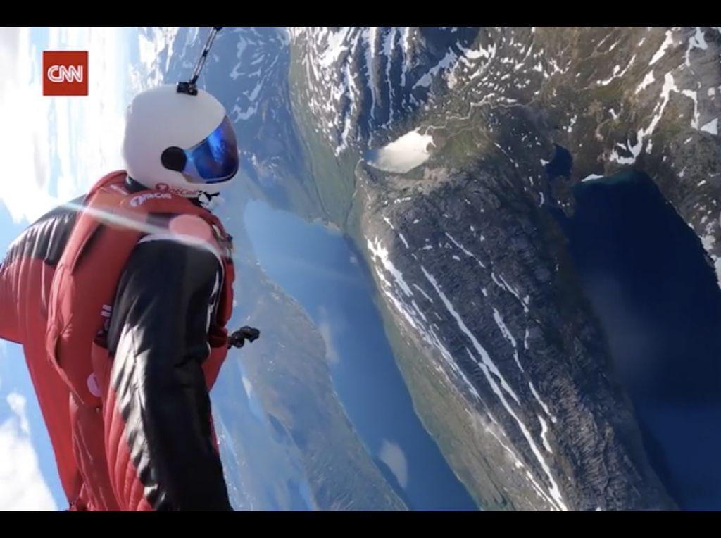 Gila! Ia Terjun Payung Lalu Meluncur Pakai Wingsuit