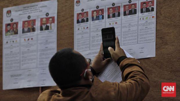 Petugas melakukan Simulasi Pemungutan Suara Pemilihan Serentak 2020 dengan Penerapan Protokol Kesehatan Covid-19, di Kantor Pusat KPU. Jakarta, 22 Juli 2020. Kegiatan simulasi ini merupakan sarana uji coba penerapan aturan pemungutan suara dlm PKPU 6/2020. (CNN Indonesia/ Adhi Wicaksono)