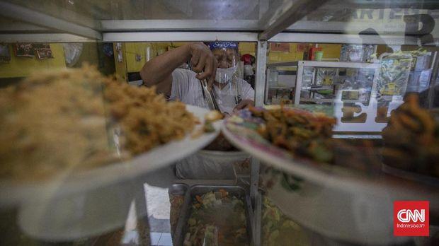 Suasana di Warung Tegal (Warteg) Ellya, Cilandak Timur, Pasar Minggu, Jakarta, Rabu, 22 Juli 2020. Menurut pemilik Warteg Ellya, sejak dimulainya penerapan PSBB transisi, unit usahanya telah melakukan penerapan protokol kesehatan pencegahan penyebaran COVID-19 seperti pembatasan jarak fisik, menyediakan area cuci tangan, mewajibkan pengunjung untuk menggunakan masker, serta penggunaan pelindung wajah untuk pelayan. CNN Indonesia/Bisma Septalisma