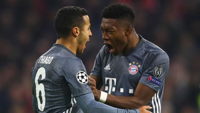 AMSTERDAM, NETHERLANDS - DECEMBER 12: Thiago Alcantara (L) of Bayern Muenchen celebrates winning a penalty with David Alaba (R) during the UEFA Champions League Group E match between Ajax and FC Bayern Munich at Johan Cruyff Arena on December 12, 2018 in Amsterdam, Netherlands. (Photo by Dean Mouhtaropoulos/Getty Images)