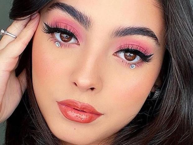 Fenty Beauty Snap Shadows 4 in Rose menghasilkan tampilan makeup untuk tampak awet muda yang nuansanya romantis