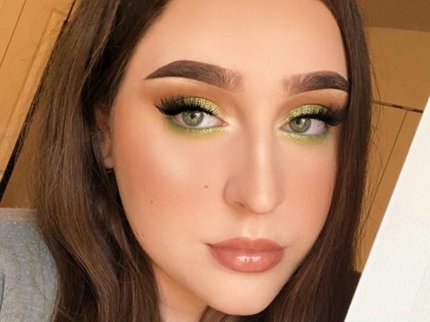 makeup untuk tampak awet muda bisa didapat dengan makeup pastel yang menyesuaikan warna mata, misalnya pakai Snap Shadows 8 in Pastel Frost dari Fenty Beauty untuk pemilik mata hijau