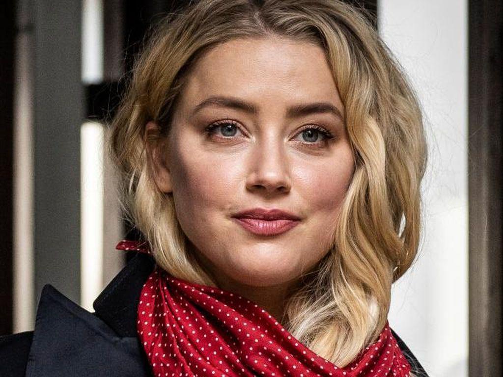 Foto: Amber Heard Selalu Pakai Syal Merah di Sidang Johnny Depp, Ini Artinya