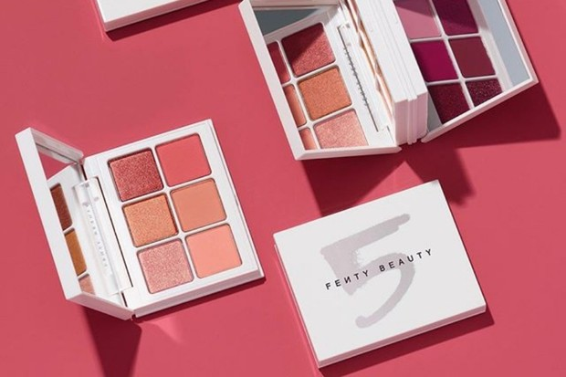 palet eyeshadow pastel dari Fenty Beauty shade nomor 5 atau Peach bisa dipakai sebagai makeup untuk tampak awet muda