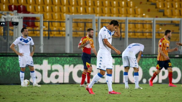 LECCE, ITALY - JULY 22: Players of Brescia show thier dejection  the Serie A match between US Lecce and  Brescia Calcio at Stadio Via del Mare on July 22, 2020 in Lecce, Italy. (Photo by Maurizio Lagana/Getty Images)