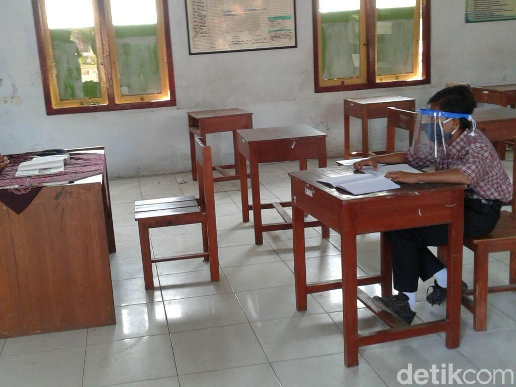 Dimas Sekolah Sendiri karena Tak Punya Smartphone, Banyak Siswa Senasib