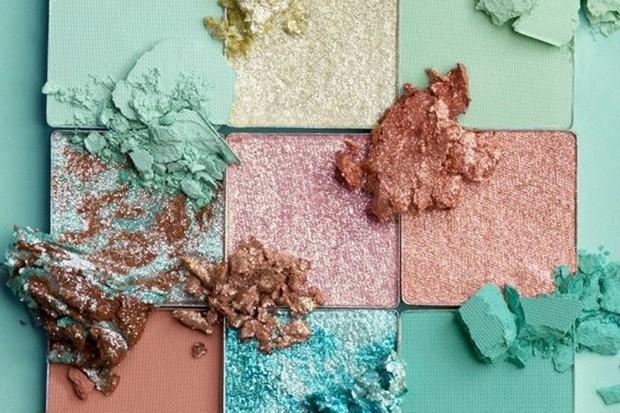 makeup pastel dari Huda Beauty salah satunya adalah eyeshadow dengan shade Mint
