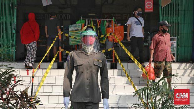 Manekin mengenakan masker dan faceshield dipasang di depan Pasar Pramuka, Jakarta, Kamis, 23 Juli 2020. Sebanyak 305 pedagang pasar tradisional di DKI Jakarta terinfeksi virus Corona (Covid-19). Ratusan pedagang yang terpapar virus corona itu tersebar di 46 pasar yang berada di sejumlah wilayah Jakarta. Jumlah tersebut berdasarkan catatan Ikatan Pedagang Pasar Indonesia (IKAPPI) hingga Minggu (19/7). Terjadi lonjakan kasus positif Covid-19 di antara pedagang pasar dalam satu minggu terakhir. CNN Indonesia/Safir Makki