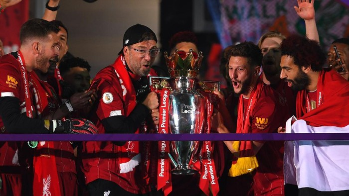 LIVERPOOL, ENGLAND - JULY 22: Jurgen Klopp, Manager of Liverpool and Adam Lallana of Liverpool lift The Premier League trophy following the Premier League match between Liverpool FC and Chelsea FC at Anfield on July 22, 2020 in Liverpool, England. Football Stadiums around Europe remain empty due to the Coronavirus Pandemic as Government social distancing laws prohibit fans inside venues resulting in all fixtures being played behind closed doors. (Photo by Laurence Griffiths/Getty Images)