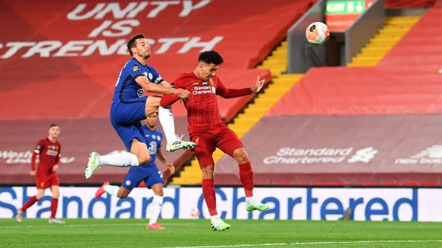 LIVERPOOL, ENGLAND - JULY 22: Roberto Firmino of Liverpool scores his team's fourth goal from a header during the Premier League match between Liverpool FC and Chelsea FC at Anfield on July 22, 2020 in Liverpool, England. Football Stadiums around Europe remain empty due to the Coronavirus Pandemic as Government social distancing laws prohibit fans inside venues resulting in all fixtures being played behind closed doors. (Photo by Laurence Griffiths/Getty Images)