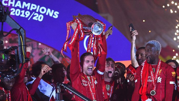 LIVERPOOL, ENGLAND - JULY 22: Jordan Henderson of Liverpool lifts The Premier League trophy following the Premier League match between Liverpool FC and Chelsea FC at Anfield on July 22, 2020 in Liverpool, England. Football Stadiums around Europe remain empty due to the Coronavirus Pandemic as Government social distancing laws prohibit fans inside venues resulting in all fixtures being played behind closed doors. (Photo by Laurence Griffiths/Getty Images)