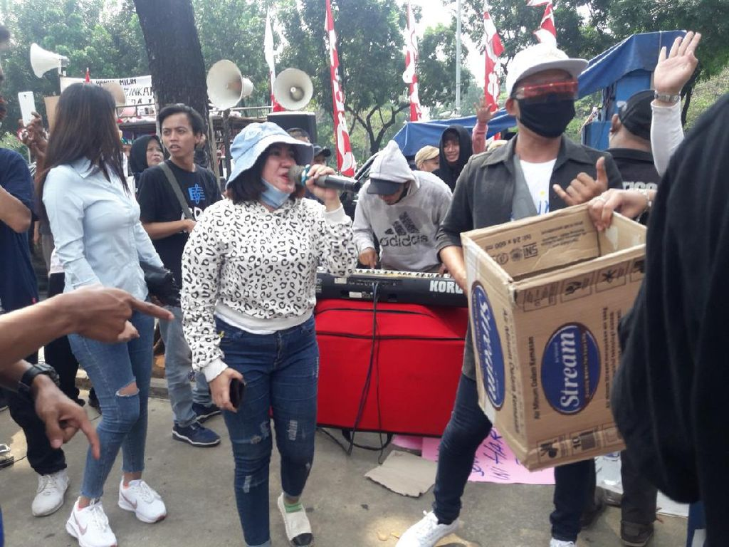 Demo Minta Izin Manggung, Biduan Nyanyi Dangdut di Depan Kantor Anies