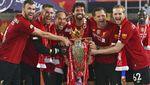 Momen Liverpool Angkat Trofi Liga Inggris