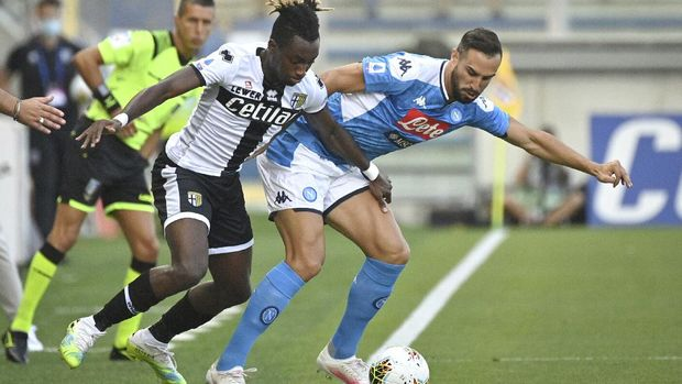 Parma's Yann Karamoh, left, competes for the ball with Napoli's Nikola Maksimovic during the Italian Serie A soccer match between Parma and Napoli, at the Ennio Tardini stadium in Parma, Italy, Wednesday, July 22, 2020. (Massimo Paolone/LaPresse via AP)