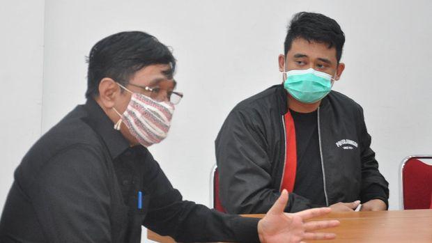 Menantu Presiden Joko Widodo yang juga bakal calon Wali Kota Medan Bobby Nasution (kanan) menyimak pernyataan Pelaksana Tugas (Plt) Ketua DPD PDIP Sumut Djarot Saiful Hidayat (kiri) saat berkunjung di Medan, Sumatera Utara, Kamis (23/7/2020). DPD PDIP Sumut akan mengusung Bobby Nasution menjadi calon Wali Kota Medan pada Pilkada Serentak 2020. ANTARA FOTO/Septianda Perdana/aww.