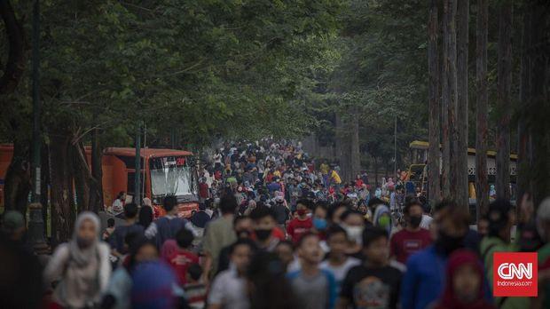 Warga berolahraga saat Hari Bebas Kendaraan Bermotor (HBKB) atau Car Free Day (CFD) di Jalan Raden Inten, Jakarta, Minggu, 28 Juni 2020. Berdasarkan data Satuan Tugas (Satgas) Penanganan COVID-19 hingga Rabu (22/7), terdapat penambahan kasus positif COVID-19 sebanyak 1.882 orang, sehingga total mencapai 91.751 kasus dengan total jumlah pasien sembuh 50.255 orang dan total kasus meninggal dunia 4.459 orang.. CNN Indonesia/Bisma Septalisma