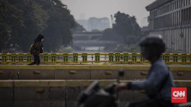 Pejalan kaki melewati kawasan MH Thamrin, Jakarta, Kamis, 23 Juli 2020. Berdasarkan data Satuan Tugas (Satgas) Penanganan COVID-19 hingga Rabu (22/7), terdapat penambahan kasus positif COVID-19 sebanyak 1.882 orang, sehingga total mencapai 91.751 kasus dengan total jumlah pasien sembuh 50.255 orang dan total kasus meninggal dunia 4.459 orang. CNN Indonesia/Bisma Septalisma
