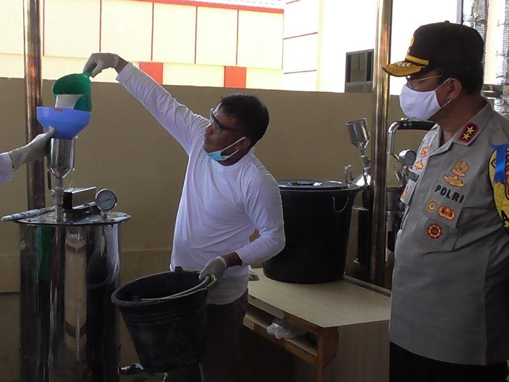 Polda Gorontalo-BPOM Olah Miras Cap Tikus Sitaan Jadi Hand Sanitizer