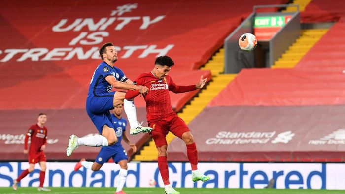 LIVERPOOL, ENGLAND - JULY 22: Roberto Firmino of Liverpool scores his teams fourth goal from a header during the Premier League match between Liverpool FC and Chelsea FC at Anfield on July 22, 2020 in Liverpool, England. Football Stadiums around Europe remain empty due to the Coronavirus Pandemic as Government social distancing laws prohibit fans inside venues resulting in all fixtures being played behind closed doors. (Photo by Laurence Griffiths/Getty Images)