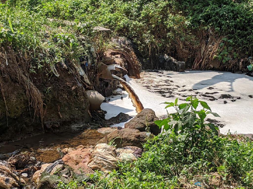 Sampah-Air Lindi dari TPA Sarimukti Cemari Sungai di Bandung Barat