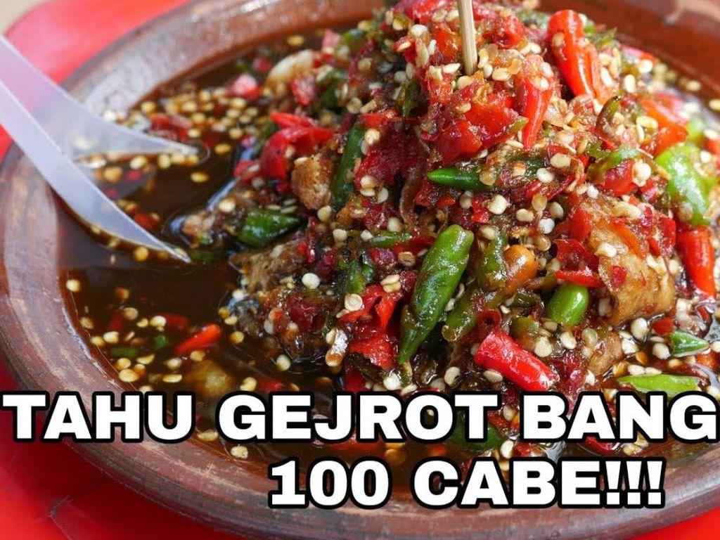 Huaaahh! 5 Youtuber Ini Berani Makan Tahu Gejrot dengan Puluhan Cabe