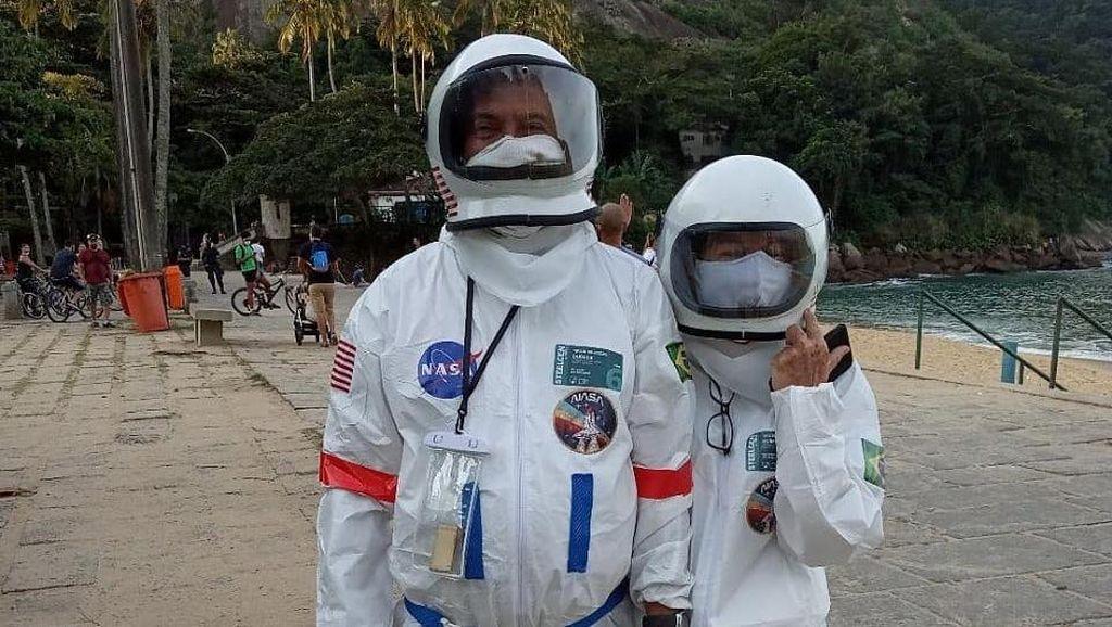 Potret Pasangan Lansia Viral, Pakai Kostum Luar Angkasa Demi Cegah Corona