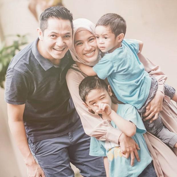 Tak ingin pacaran, Dude Harlino dan Alyssa Soebandono memutuskan untuk jalani taaruf dan menikah pada tahun 2014