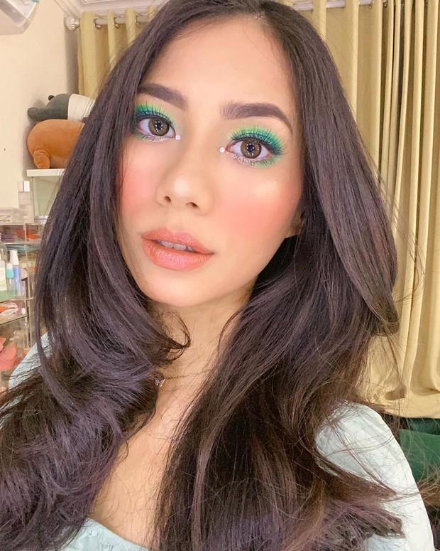 Beauty vlogger Abel Cantika membuat tutorial makeup klepon.