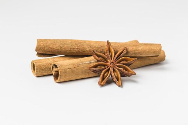 Aroma kayu manis dalam parfum wanita yang disukai pria.