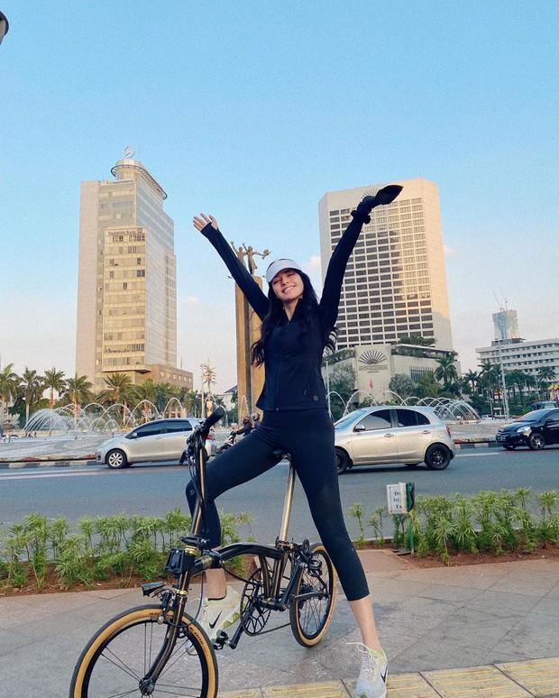 Susan Sameh ketika bersepeda keliling Jakarta