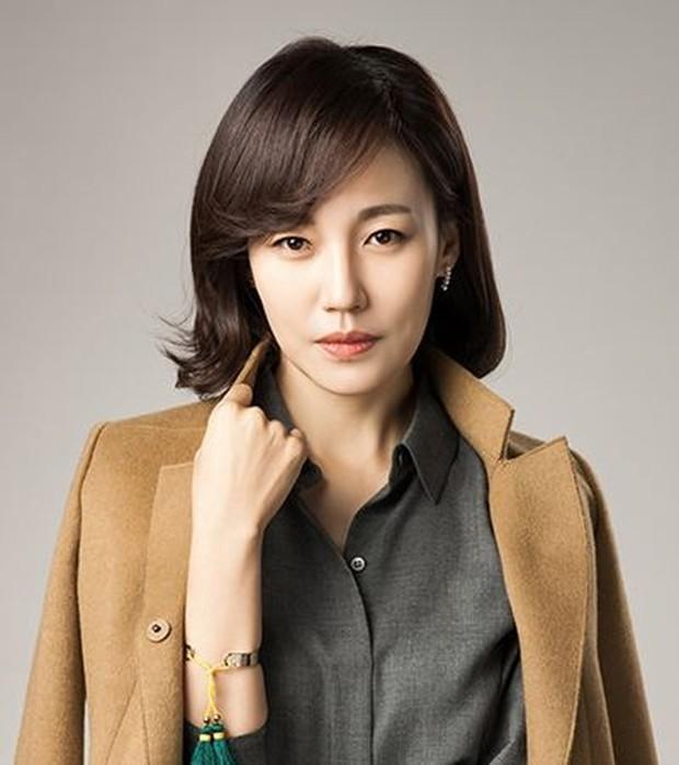 Koleksi foto artis Korea Jin Kyung yang sosoknya selalu terpilih memerahkan karakter ibu di banyak judul drama Korea.