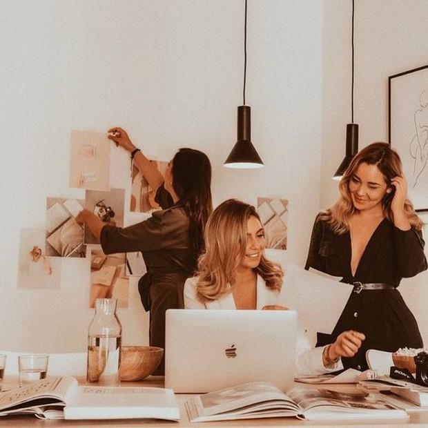 Buatlah batasan antara perteman dan pekerjaan