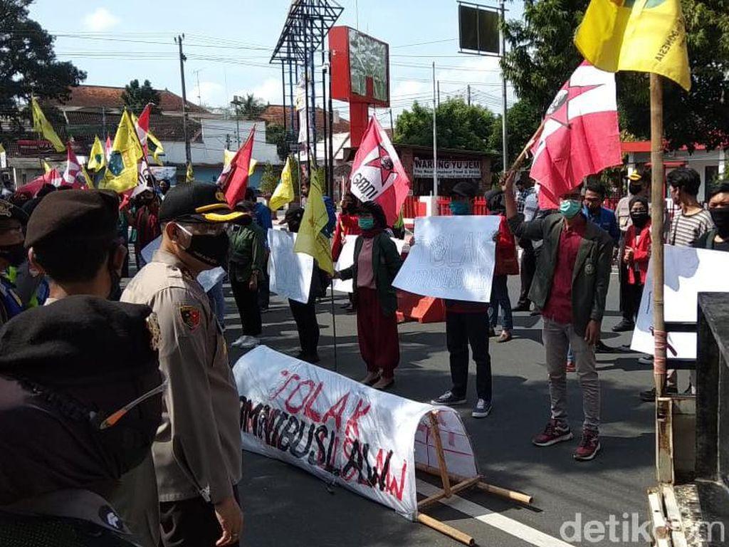 Demo Tolak Omnibus Law, Mahasiswa Blitar Ajak Semua Bersatu Bela Rakyat