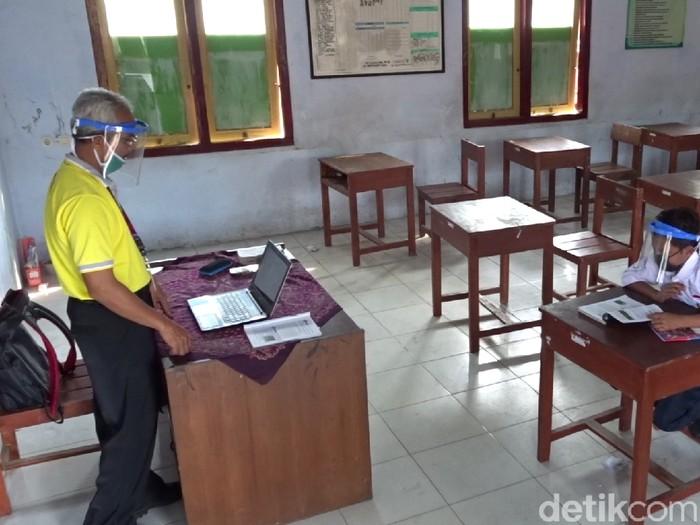 """Dimas Ibnu bak """"VIP"""" , dia belajar langsung sendirian di sekolah di saat teman lainnya melakukan PJJ"""