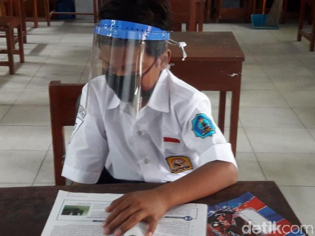 Tentang Dimas yang Masuk Sekolah Sendirian karena Tak Punya Smartphone