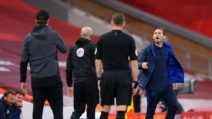 LIVERPOOL, ENGLAND - JULY 22: Frank Lampard, Manager of Chelsea and Jurgen Klopp, Manager of Liverpool speak during the Premier League match between Liverpool FC and Chelsea FC at Anfield on July 22, 2020 in Liverpool, England. Football Stadiums around Europe remain empty due to the Coronavirus Pandemic as Government social distancing laws prohibit fans inside venues resulting in all fixtures being played behind closed doors. (Photo by Laurence Griffiths/Getty Images)