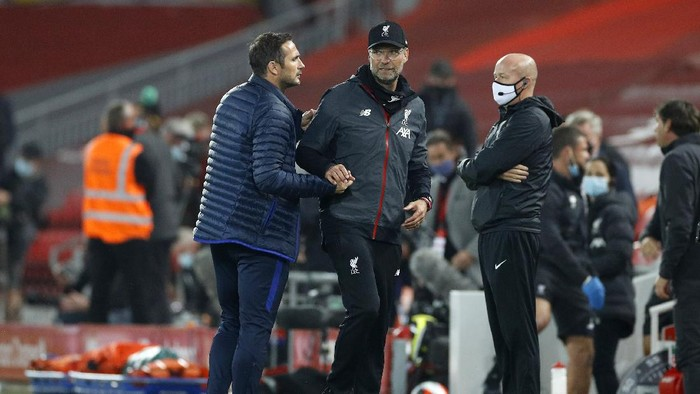 LIVERPOOL, ENGLAND - JULY 22: Frank Lampard, Manager of Chelsea and Jurgen Klopp, Manager of Liverpool embrace following during the Premier League match between Liverpool FC and Chelsea FC at Anfield on July 22, 2020 in Liverpool, England. Football Stadiums around Europe remain empty due to the Coronavirus Pandemic as Government social distancing laws prohibit fans inside venues resulting in all fixtures being played behind closed doors. (Photo by Phil Noble/Pool via Getty Images)