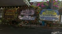 Karangan Bunga Penuhi Rumah Duka Ibunda La Nyalla Mattalitti