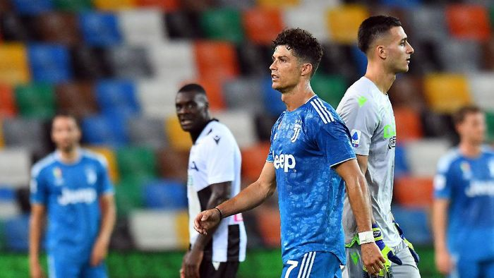 UDINE, ITALY - JULY 23:  Cristiano Ronaldo of Juventus shows his dejection during the Serie A match between Udinese Calcio and Juventus at Stadio Friuli on July 23, 2020 in Udine, Italy. (Photo by Alessandro Sabattini/Getty Images)