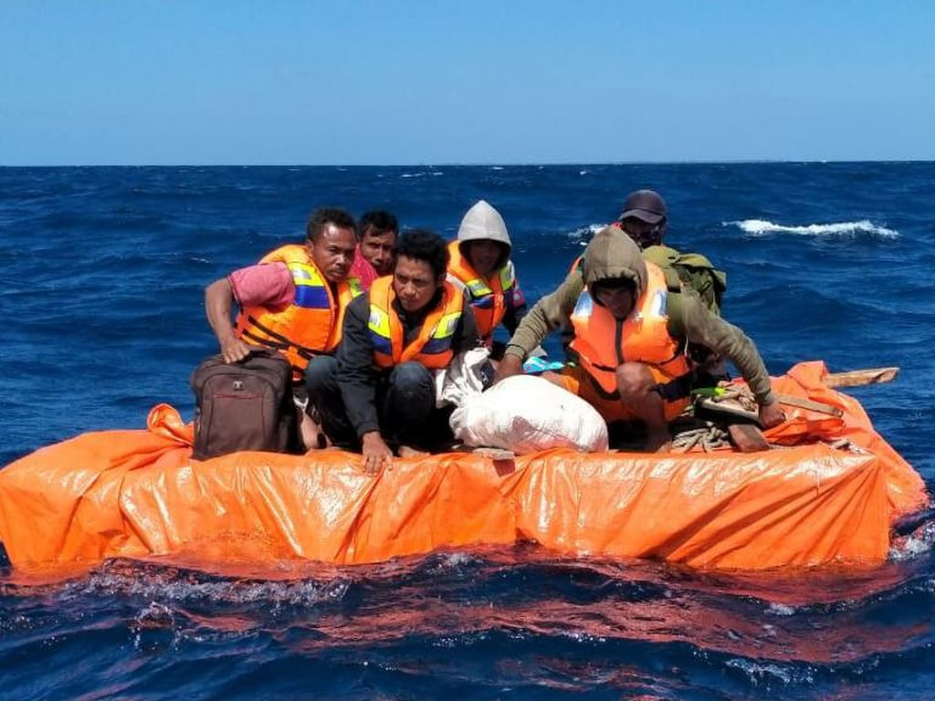 Video Kapal Tenggelam, 6 ABK 2 Hari Terapung di Laut