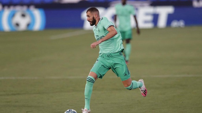 Real Madrids Karim Benzema runs with the ball during the Spanish La Liga soccer match between Leganes and Real Madrid at the Butarque Stadium in Leganes, on the outskirts of Madrid, Spain, Sunday, July 19, 2020. (AP Photo/Bernat Armangue)