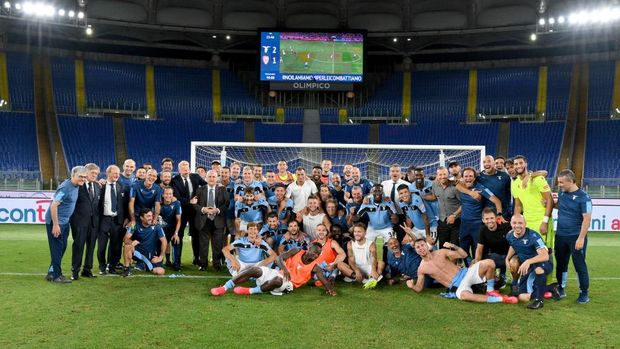 ROME, ITALY - JULY 23: Players and staff of Lazio celebrate their qualification to the Champions League qualification after the Serie A match between SS Lazio and  Cagliari Calcio at Stadio Olimpico on July 23, 2020 in Rome, Italy. (Photo by Marco Rosi - SS Lazio/Getty Images)