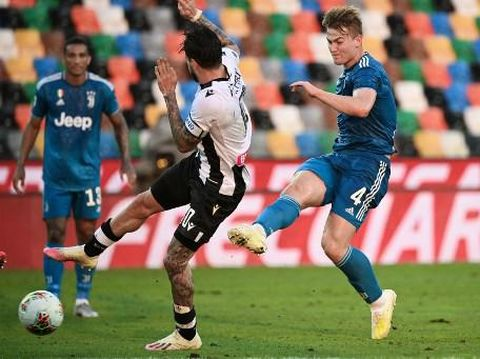 Juventus' defender Matthijs de Ligt from Netherland (R)  kicks and scores during the Italian Serie A football match between Udinese and Juventus on July 23, 2020, at the Dacia Arena Stadium in Udine. (Photo by MARCO BERTORELLO / AFP)
