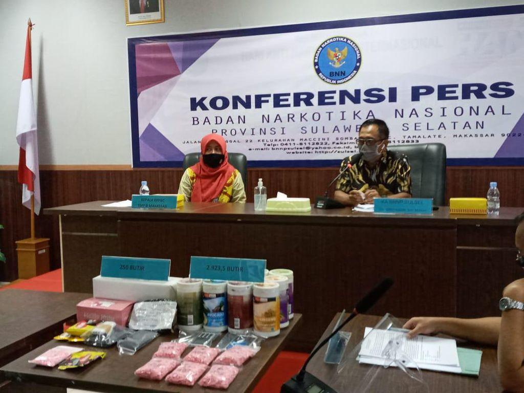 Pasutri di Makassar Ditangkap Saat Jemput Paket 2.923 Ekstasi dari Riau