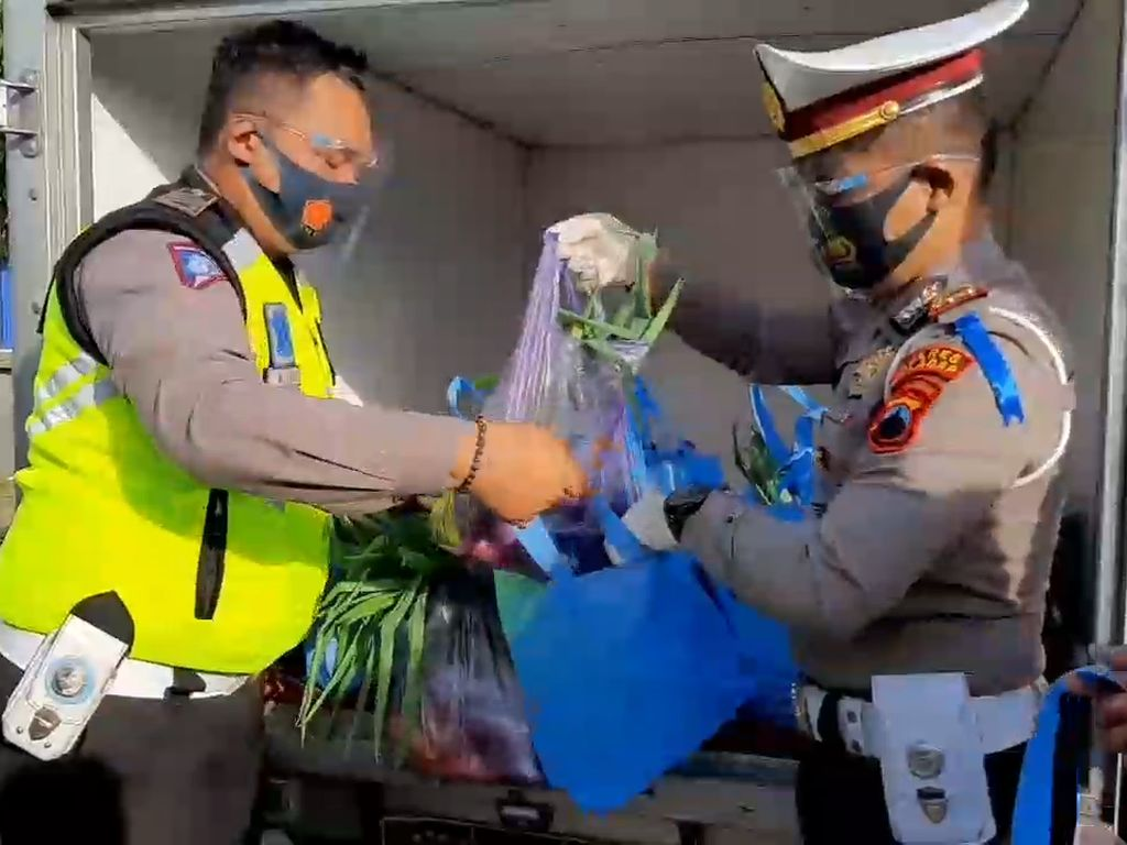 Polisi Hadiahi Sayur ke Pengendara yang Surat Kendaraannya Lengkap