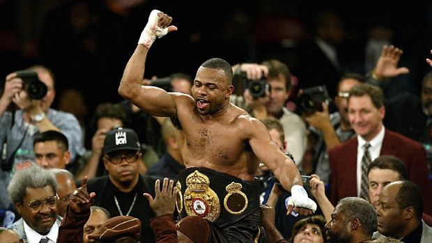 New WBA Heavyweight Champion Roy Jones Jr of the US celebrates his victory over John Ruiz of Puerto Rico at the Thomas and Mack Center in Las Vegas 01 March 2003.  Jones became the first former middleweight champion since 1897 to capture the heavyweight title, winning a unanimous 12-round decision over Ruiz for the World Boxing Association crown.   AFP PHOTO/HECTOR MATA (Photo by HECTOR MATA / AFP)